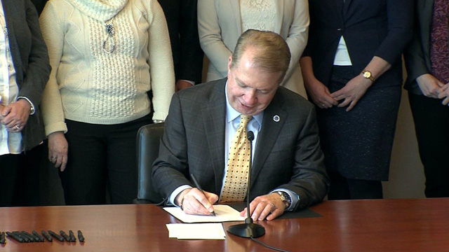 Mayor Ed Murray signs resolution calling for prescription drug disposal sites